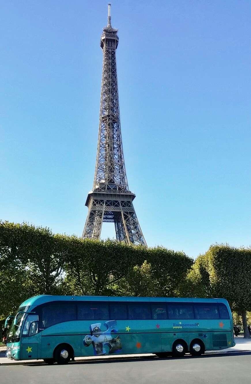 autobus de alabus en paris junto a torre eiffel