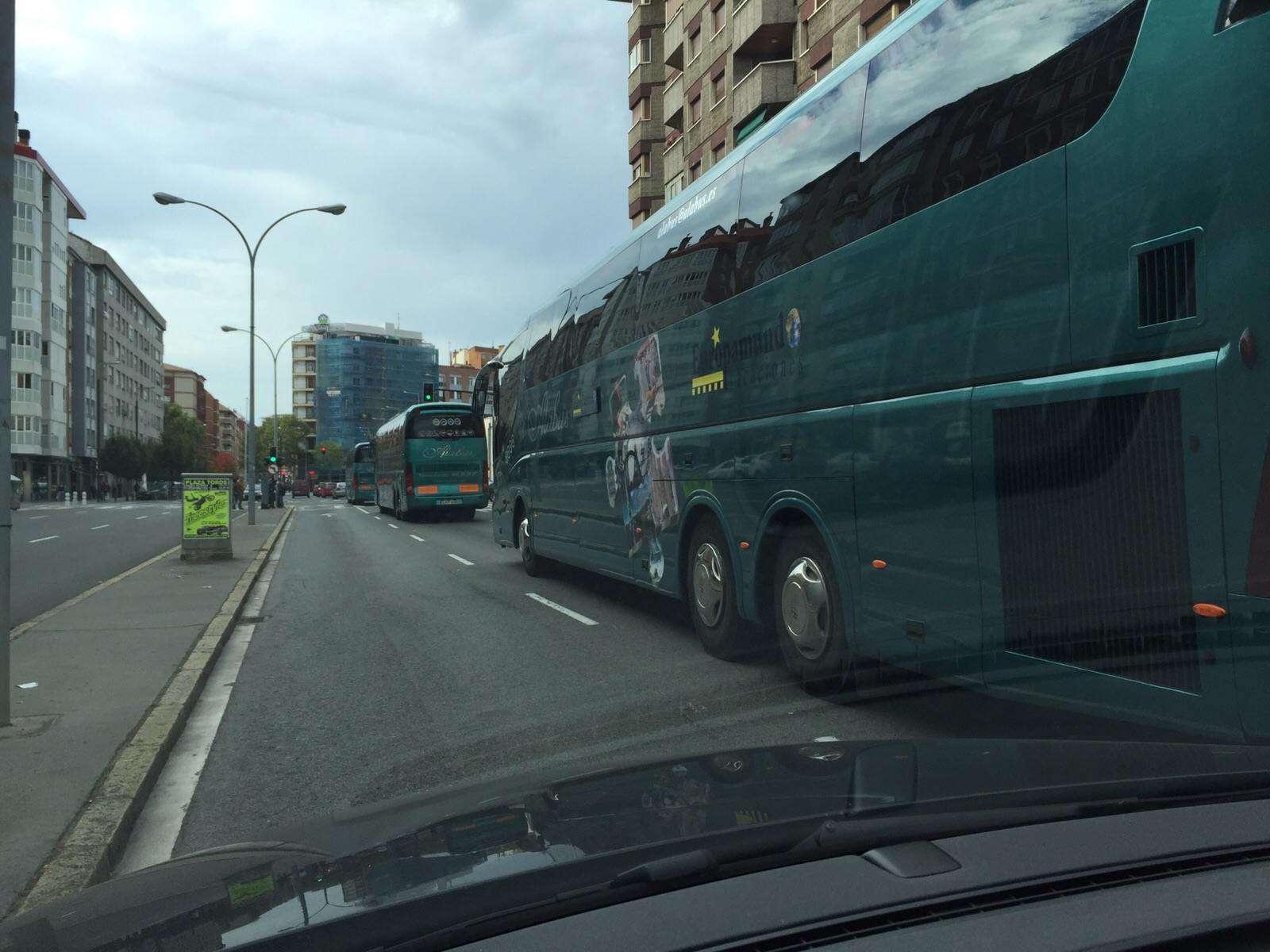 autobuses de alabus aparcados