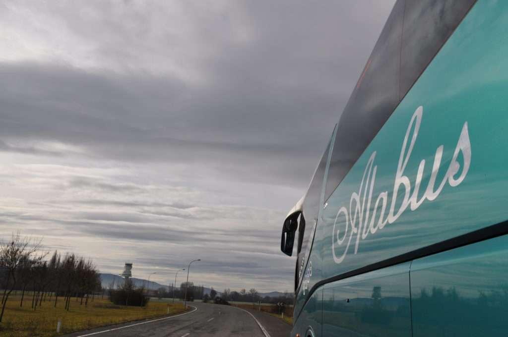 Autobús de alabus en carretera de vitoria
