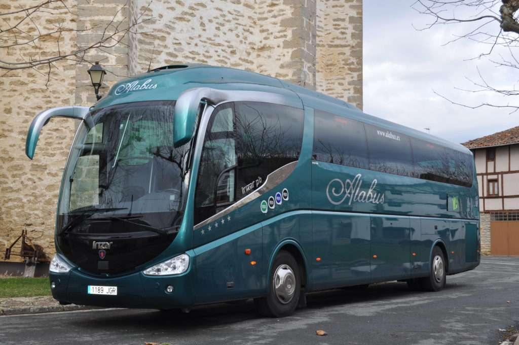 autobús en zona de piedra