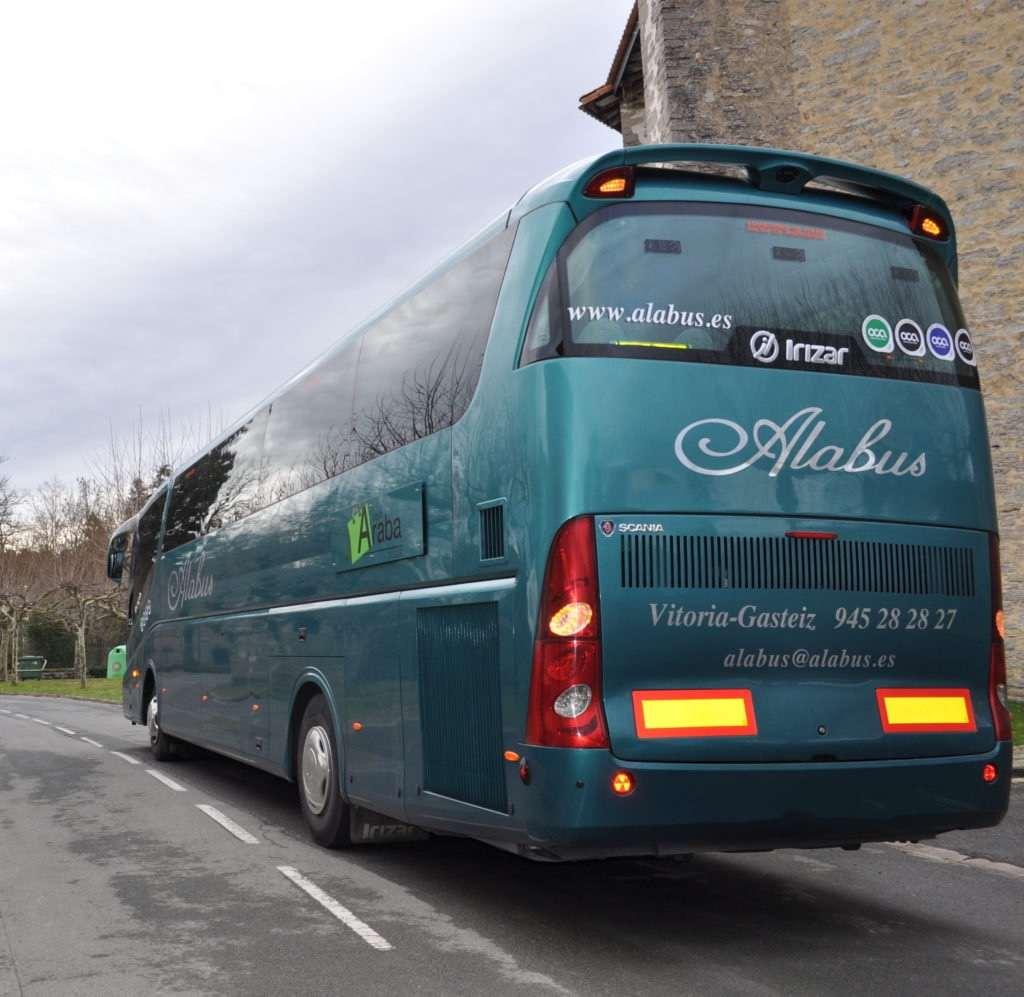 autobús de alabus en carretera